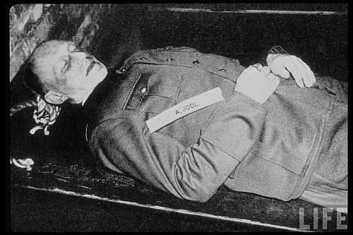 Şeful Statului Major al armatei naziste generalul Alfred Jodl după execuţie