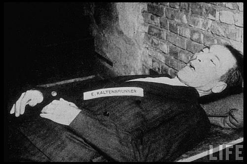 Şeful serviciilor de informaţii naziste Ernest Kaltenbrunner după execuţie