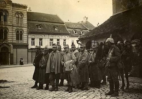 Prizonieri romani la Brasov paziti de un soldat german in 1916