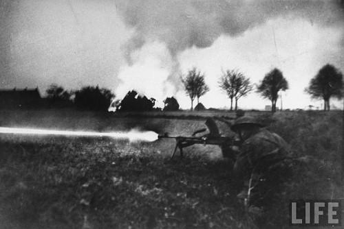 Infanterist britanic cu pusca mitraliera Bren