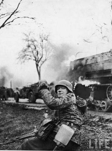 Infanterist german cu pusca de asalt Stg 44