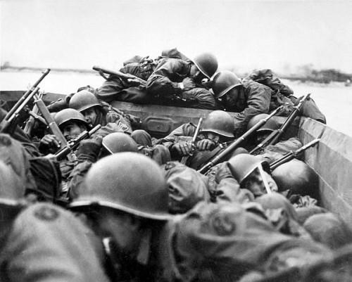Infanteristi americani inainte de debarcare