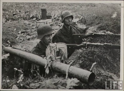 Infanteristi germani cu aruncator anti-tanc Panzerschreck